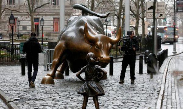 Colocan estatua de niña frente al imponente toro de bronce de Wall Street