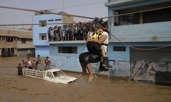 Siguen los dramáticos rescates de damnificados por lluvias y huaicos - Noticias de fenómeno el niño