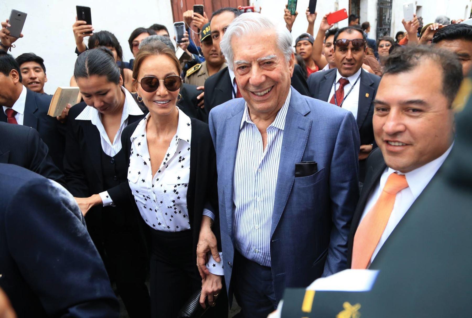 Vargas Llosa celebra su cumpleaños 81 en Arequipa