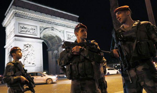 Ataque yihadista mata a un policía y hiere a dos en Campos Elíseos de París