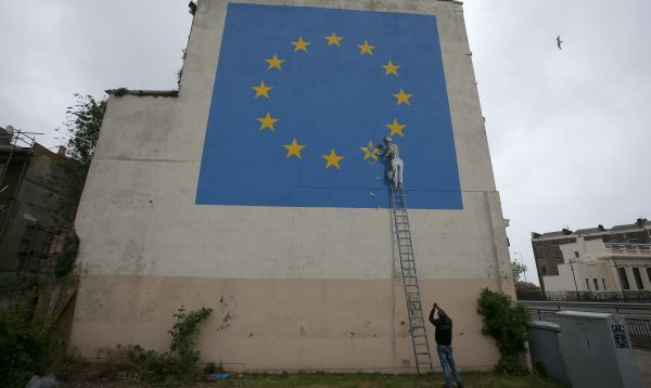 Este es el primer mural del artista callejero Banksy sobre el Brexit - Noticias de brexit