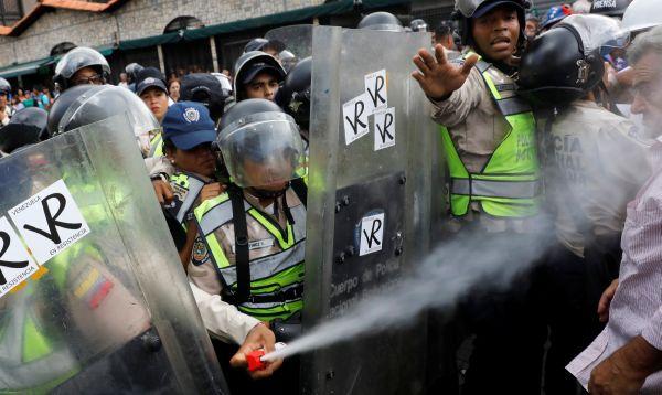 Venezuela: Policías dispersan gas pimienta en marcha de ancianos en Caracas