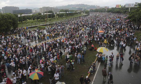 Opositores en Venezuela bloquean vías en protesta contra presidente Maduro - Noticias de recursos humanos