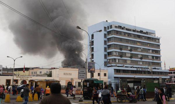 Mesa Redonda: Cerca de 40 unidades de bomberos intentan controlar incendio de La Cochera