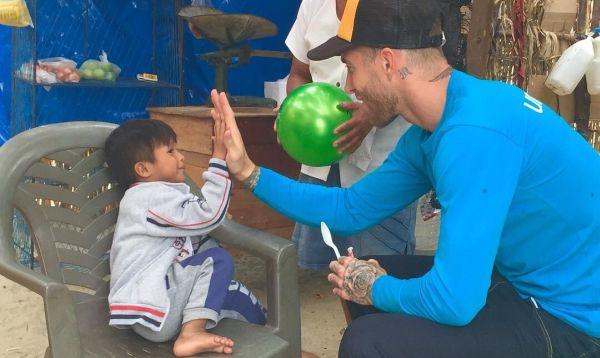 """Sergio Ramos visita a niños damnificados por fenómeno """"El Niño Costero"""" en Perú - Noticias de españa"""
