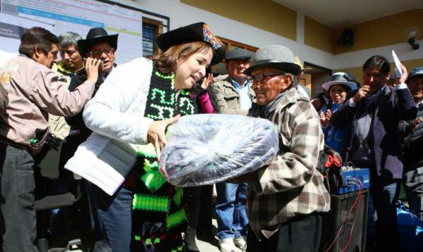 Huancavelica. Ministra Galarza entregó kits de abrigo a población afectada por friaje - Noticias de elsa galarza