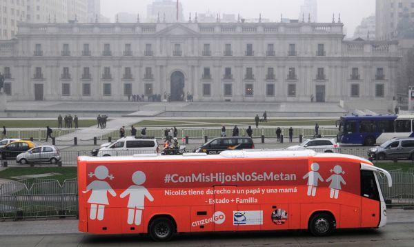 Bus homófobo genera tensión y enfrentamientos callejeros en Chile - Noticias de gabriela nino