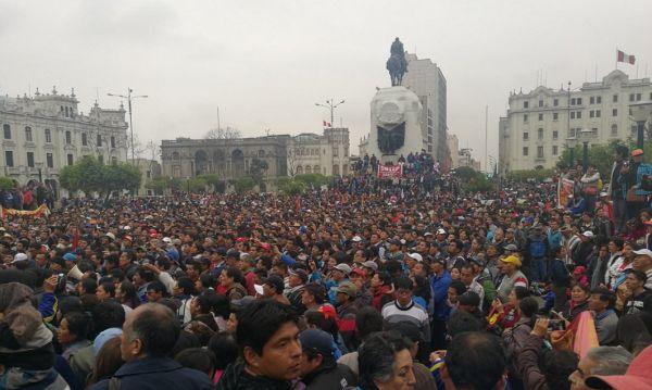 Maestros se reúnen en Plaza San Martín para exigir incremento de sueldo