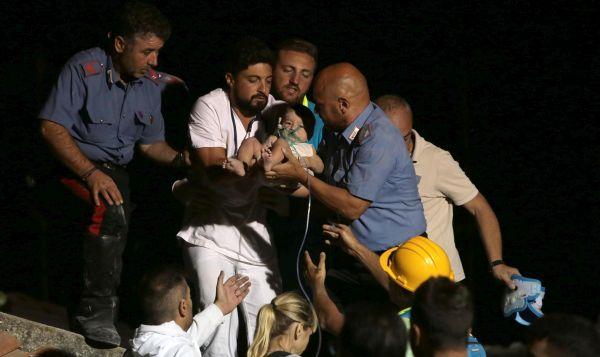 Rescatan a tres niños de los escombros tras el sismo en Italia